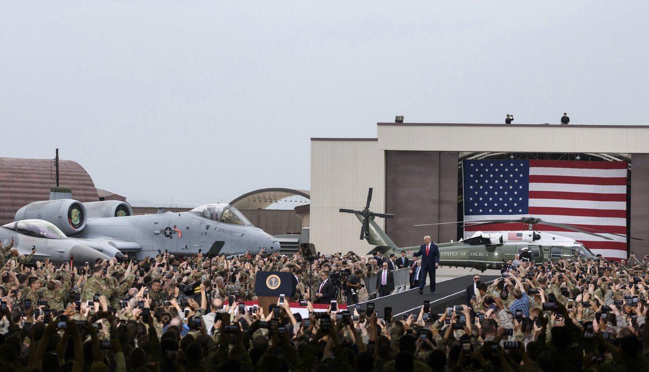 圖為今年中川普在南韓烏山基地跟美軍和他們家人發表談話情形。美聯社