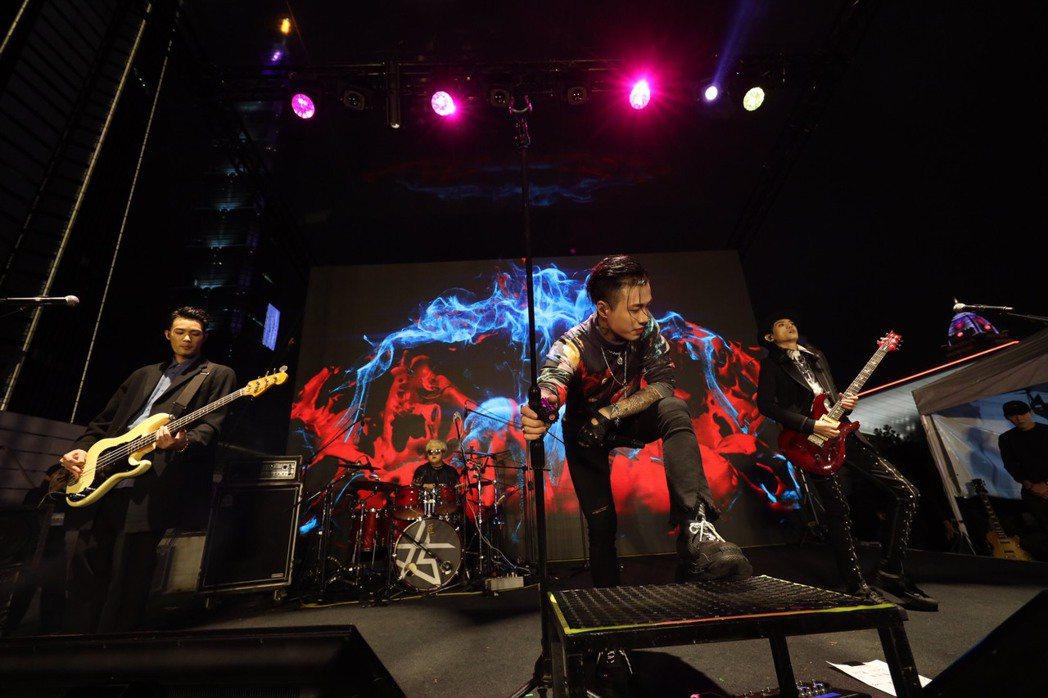 「TRASH」樂團舉辦新歌演唱會。圖/華納提供