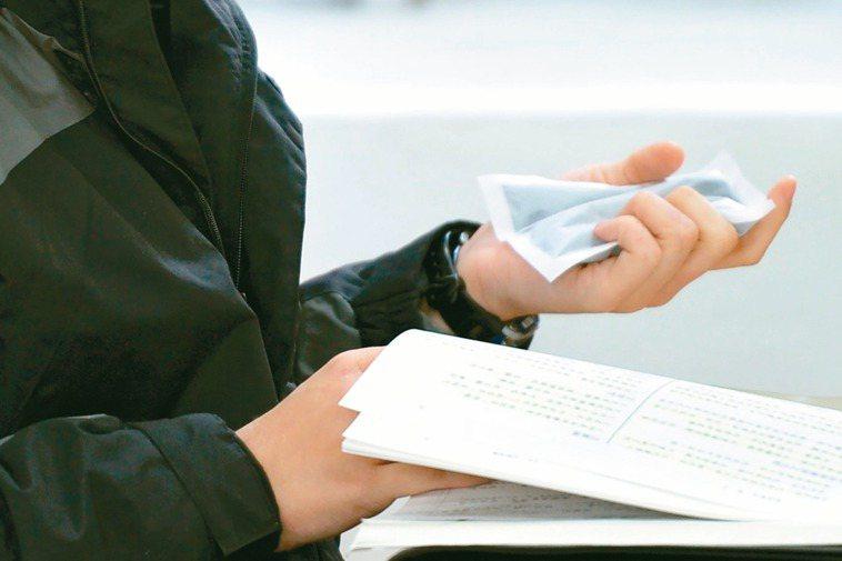 冬天來臨,不少人會使用暖暖包當作隨身保暖物。 圖/聯合報系資料照片