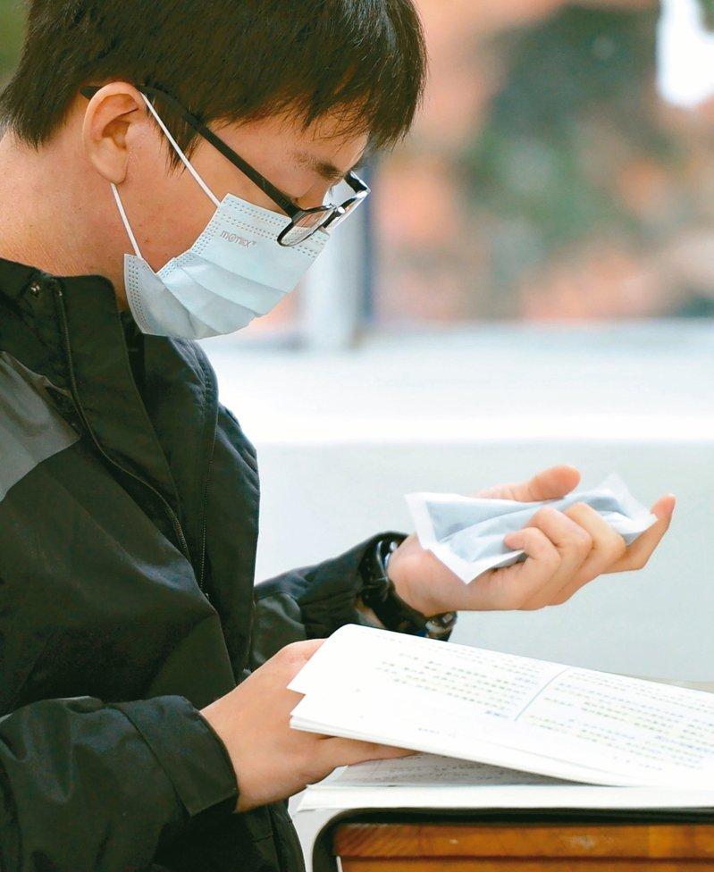 不少人以為暖暖包溫度不高,而易掉以輕心,長時間使用或直接接觸,造成「低溫燙傷」。 圖/聯合報系資料照片