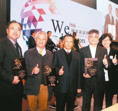亞洲大學校長蔡進發(中)率副校長陳大正(右二)3D團隊、食安中心主任蔣育錚(左)、學士後獸醫系主任簡基憲(左二),在科技展獲頒三項新創獎、一項精進獎。 圖/亞洲大學提供