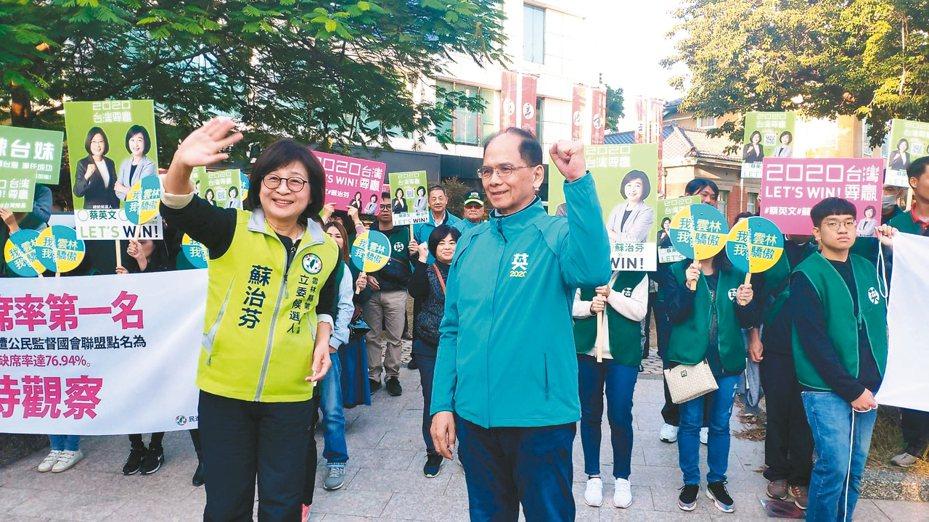 行政院前院長游錫堃(前右)昨天幫民進黨立委蘇治芬(前左)站台。 記者李京昇/攝影