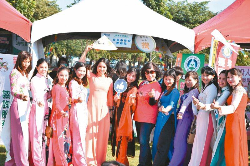 越南新住民身穿傳統服飾參加移民節,相當引人注目。 圖/移民署台南市專勤隊提供