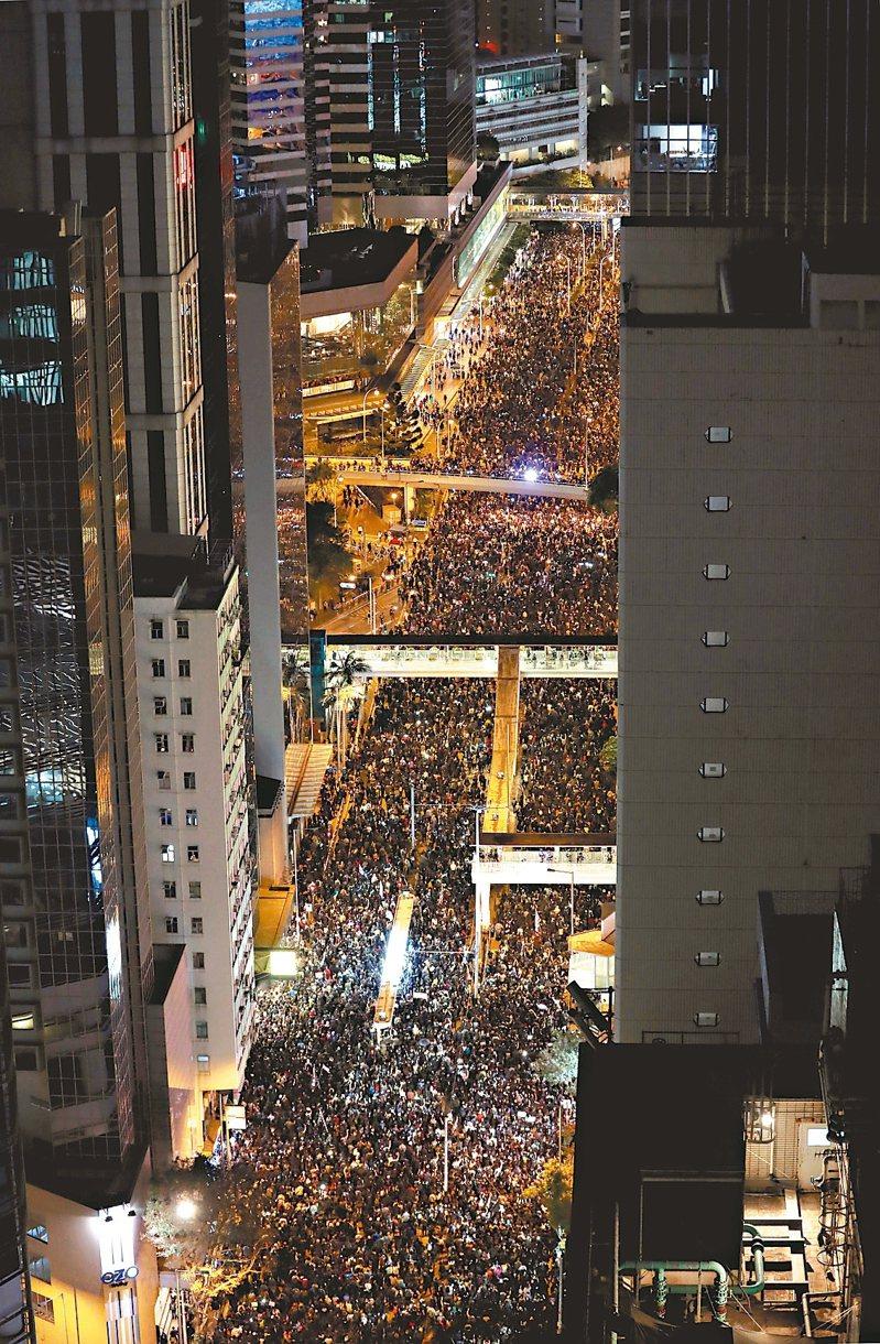 香港民陣昨發起大遊行,主辦單位昨晚宣布,約八十萬人參加;港警則稱有十八點三萬人。 (路透)