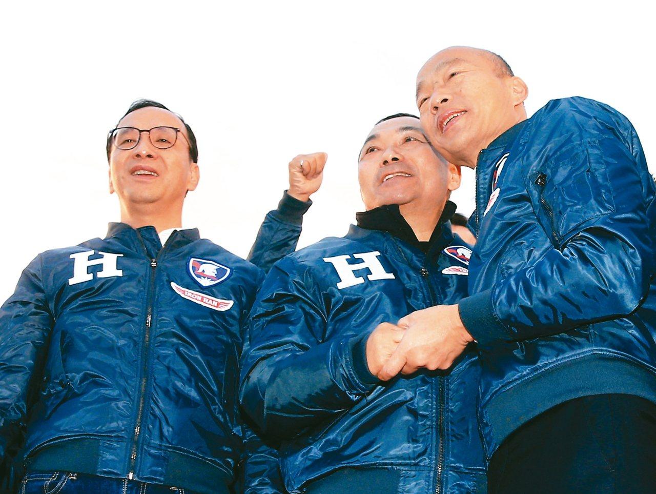 國民黨總統候選人韓國瑜(右)昨在板橋造勢,與新北市長侯友宜(中)合體,韓並宣布新...