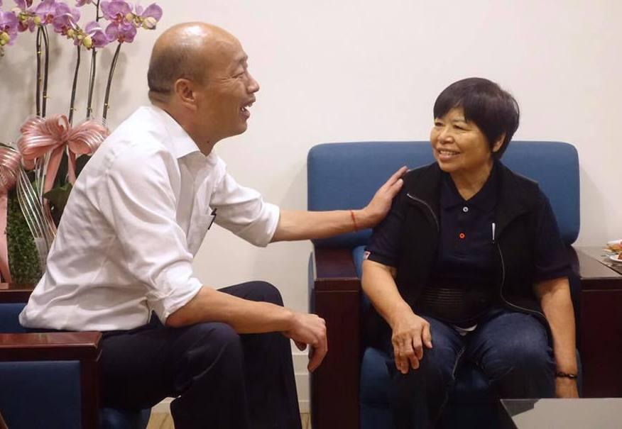 愛心菜販陳樹菊對韓國瑜說:「希望你能為台灣這一塊土地做一個無我無私無利的領導人,...
