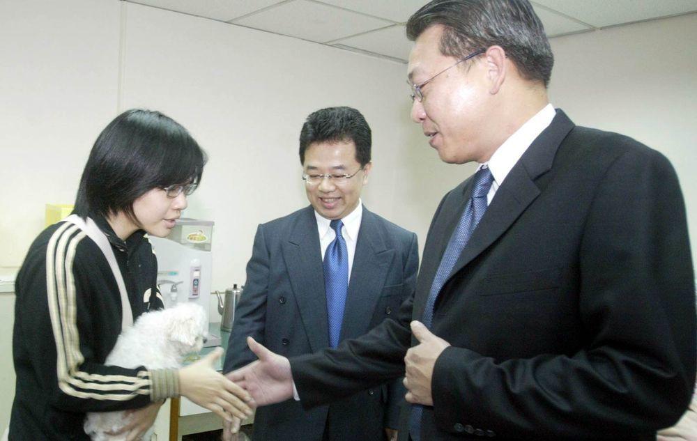 楊蕙如(左)2006年因善用信用卡與電視購物禮券規則「巧門」,賺進大筆鈔票,也因...
