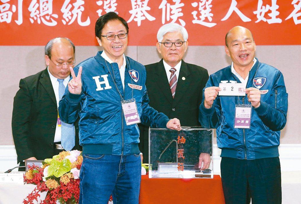 國民黨總統、副總統選舉候選人韓國瑜(右)與張善政(左二)搭檔抽到2號。 記者胡經...