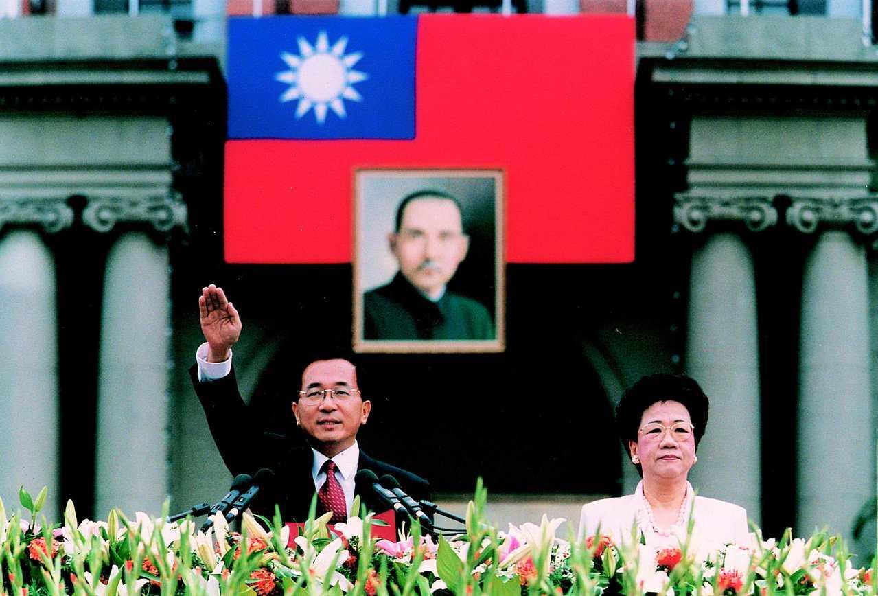 陳水扁(左)、呂秀蓮2000年宣誓就職中華民國第十任正副總統。 (路透資料照片)