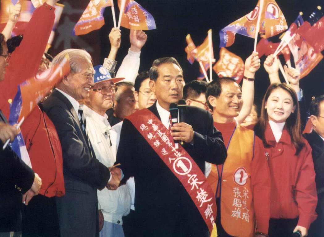 2000大選,宋楚瑜(中)聲勢高漲。 圖/聯合報系資料照片
