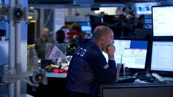 美國證券公司和基金管理公司紛紛開始提供零成本的股票交易與投資服務。券商不收費用要...