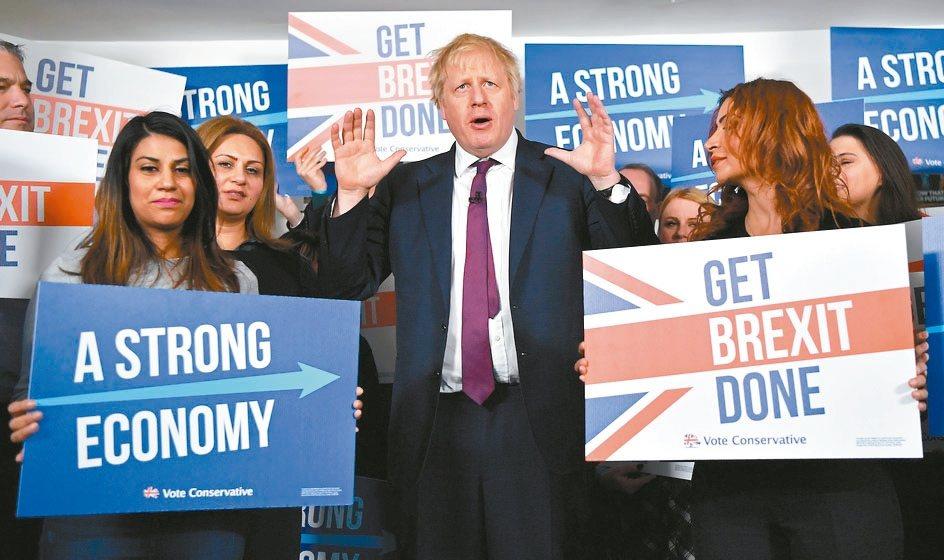 英國本周將舉行國會大選,最新民調顯示,首相強生(圖中)率領的保守黨領先最大在野黨...
