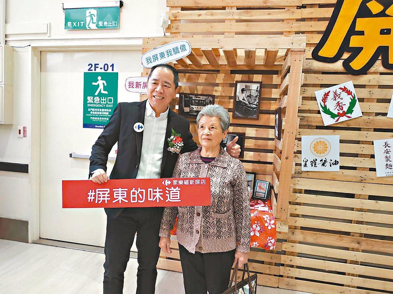 家樂福總經理王俊超(左)與屏東在地小農合影。 記者何秀玲/攝影