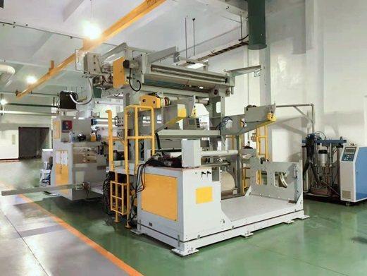 鑫強先進機械研發的濕氣反應型熱熔膠複合機。 鑫強先進機械/提供