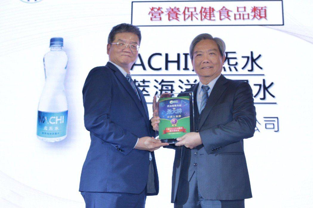重鵬生技推出的「VACHI元炁水鎂萃海洋深層水」獲2019年度SNQ有感人氣榜營...