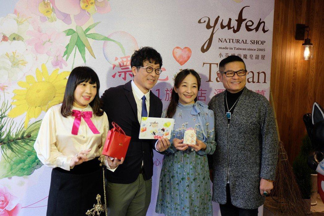 知名唱片製作人蔣三省(左二)與夫人(左一)、創辦人小芬姐(右二)、許效舜(右一)...