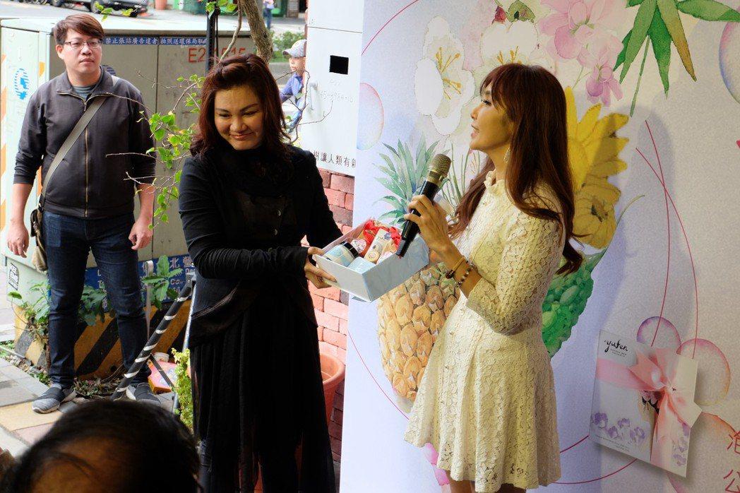 岱瑪金誠集團董事長陳虹汝(左)、三立新聞主播黃倩萍(右)合影。 業者/提供