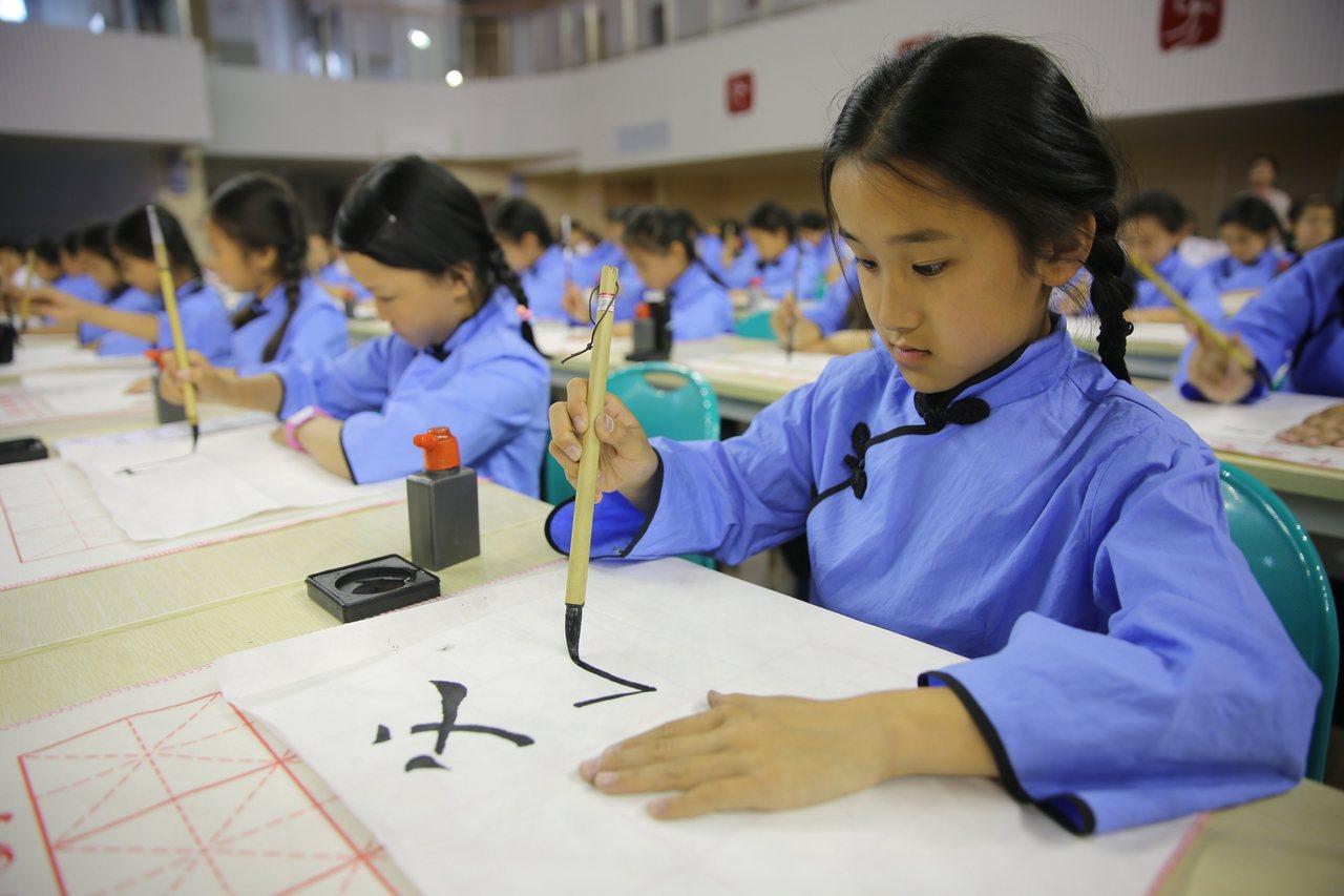 學生是否學習繁體字日前引起討論。教育部日前明確表態:學校教學應依法使用規範漢字。...