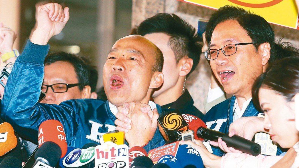 國民黨總統、副總統候選人韓國瑜(左)與張善政(右)上午出席候選人抽籤決定號次,抽...
