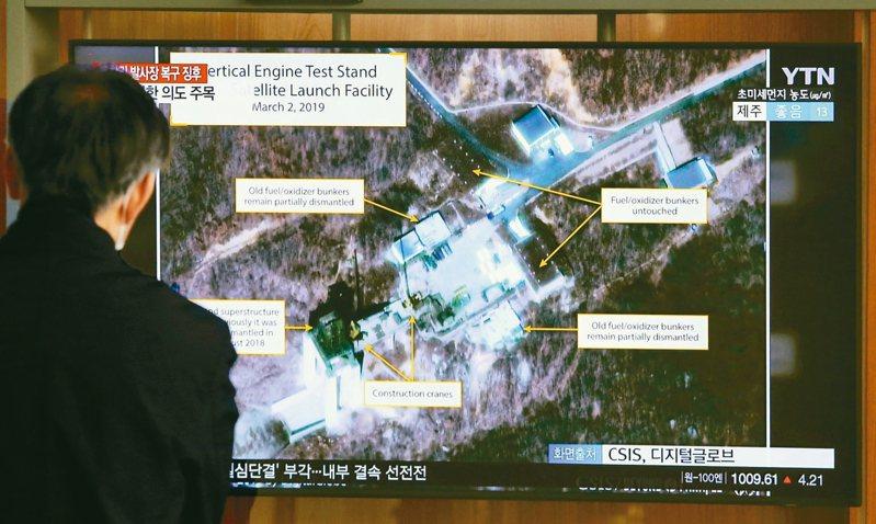 北韓8日宣布,7日在西海衛星發射場成功進行測試。圖為今年3月,首爾火車站電視播出西海衛星發射場的影像。 美聯社