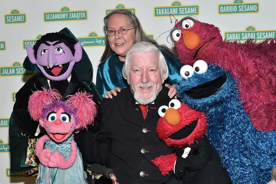 美國兒童電視節目「芝麻街」,扮演布偶「大鳥」聞名的退休操偶師史賓尼不幸去世,享壽...