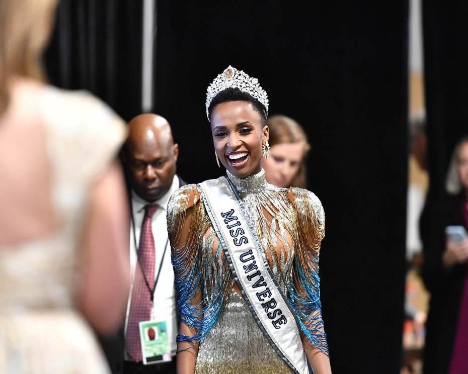 南非小姐唐吉(Zozibini Tunzi)今天打敗來自全球各地的90多名佳麗,在美國亞特蘭大獲封環球小姐。 法新社