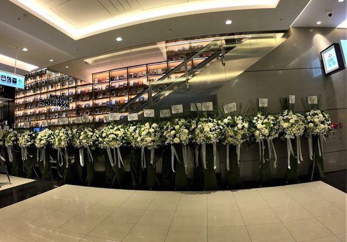 蔦屋書店旁的祝賀花籃為白色花束組成。圖/取自臉書社團「我是南港人」