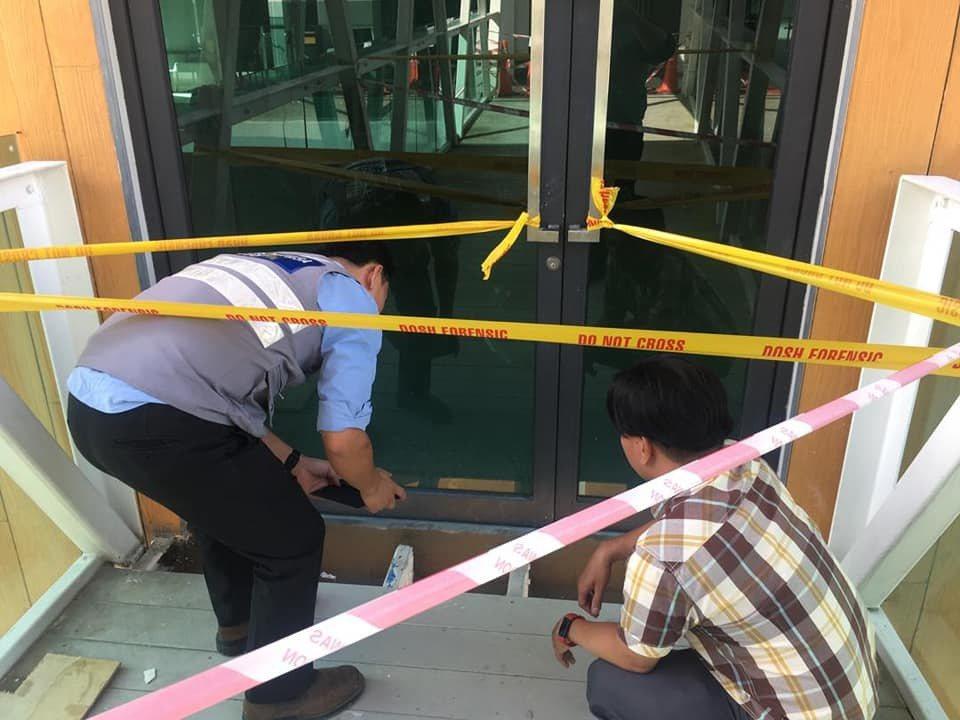 空橋末端地板未鋪滿,讓女童從縫隙中墜落。圖擷自facebook