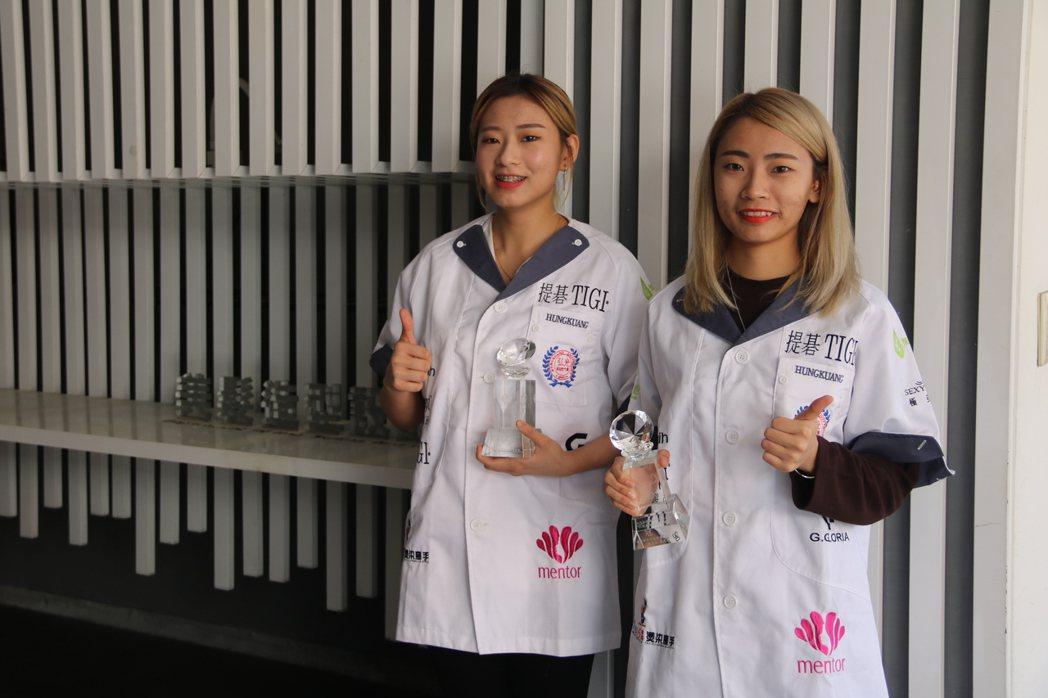 美髮系姊妹花黃若瑜(右)、黃若瑄(左)奪美髮賽雙料冠軍。 弘光科大/提供。