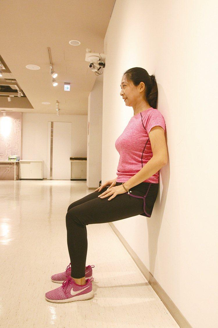 《圖二》很多人會擔心深蹲是不是會傷膝蓋?如果姿勢不正確就有可能,所以要注意動...