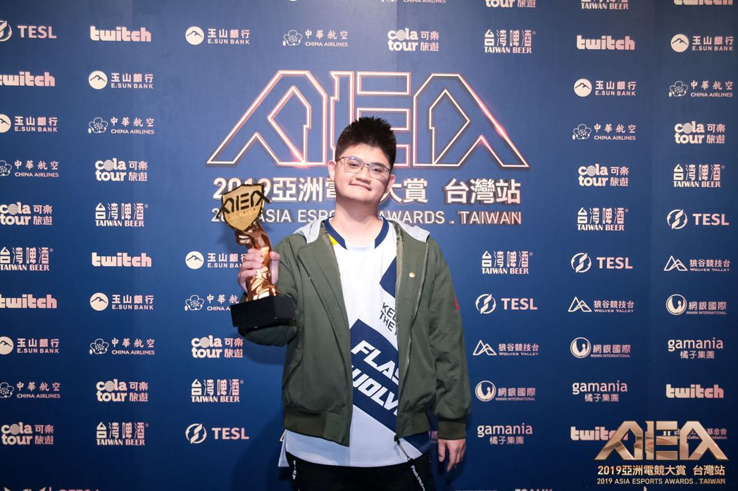 年度最佳PC遊戲類型選手獎:「Tom60229」陳威霖《爐石戰記》