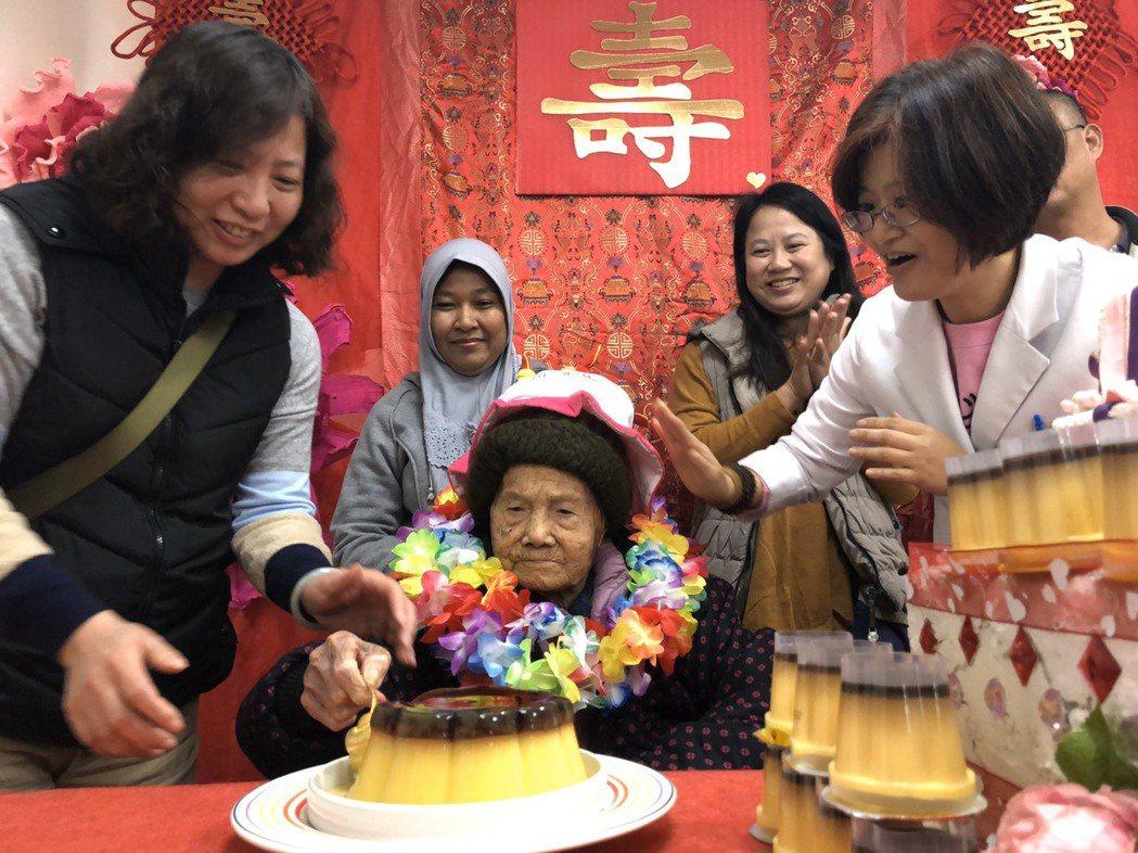 光田腎友人瑞阿嬤,院方與家人一同祝壽。 光田醫院/提供。