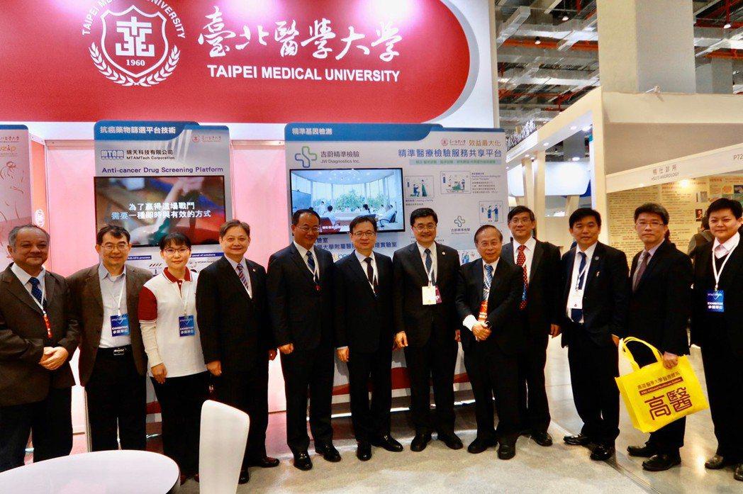今年台灣醫療科技展來自各界貴賓前來洽談合作與交流意見。(左二起)北醫大事業處事業...