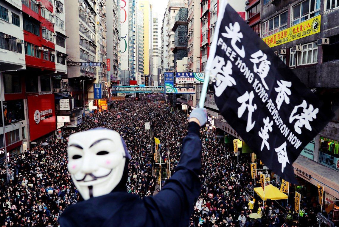 香港民陣8日舉辦國際人權日大遊行,號召80萬人走上街頭重申五大訴求;下午到晚間在...