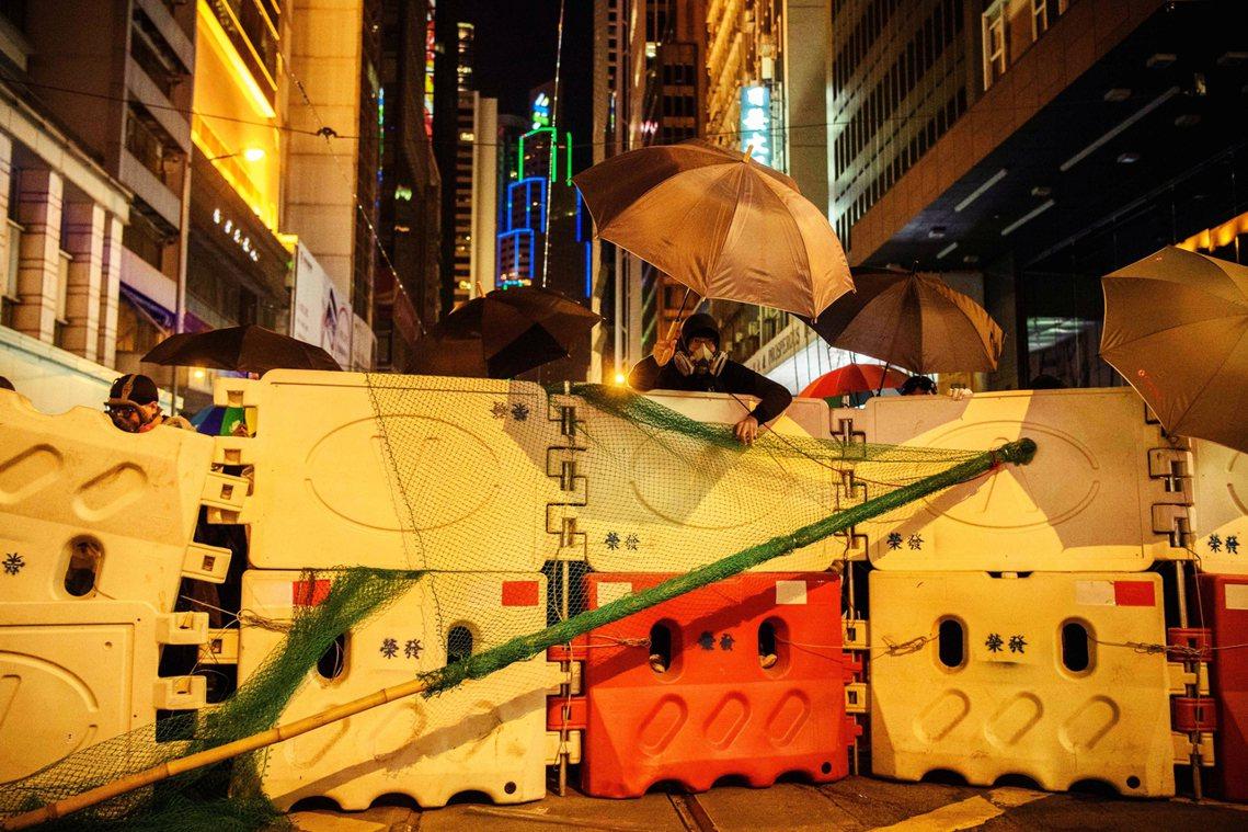 接近晚間8點左右,鎮暴警察衝出中環皇后大道中,並拉出封鎖線,現場有示威者隨即以傘...