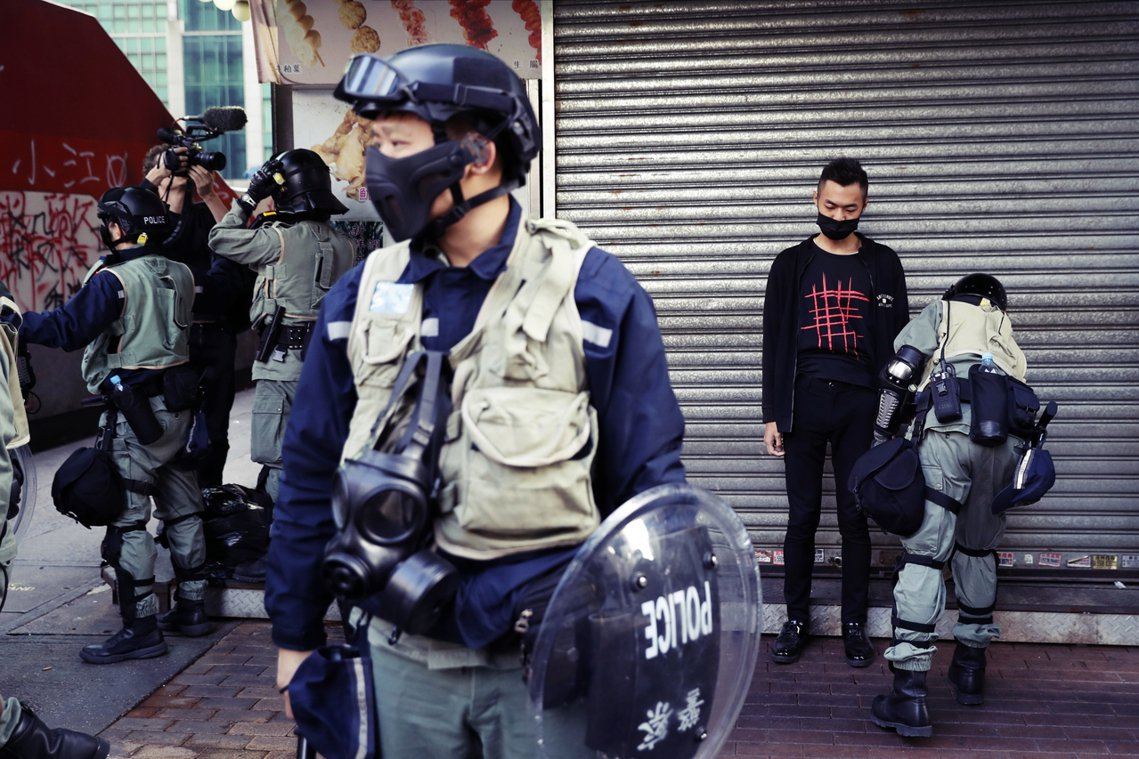 而警察方面,雖然發出了不反對通知書,但遊行過程中依舊高度戒備、重兵嚴守,雖然過程...