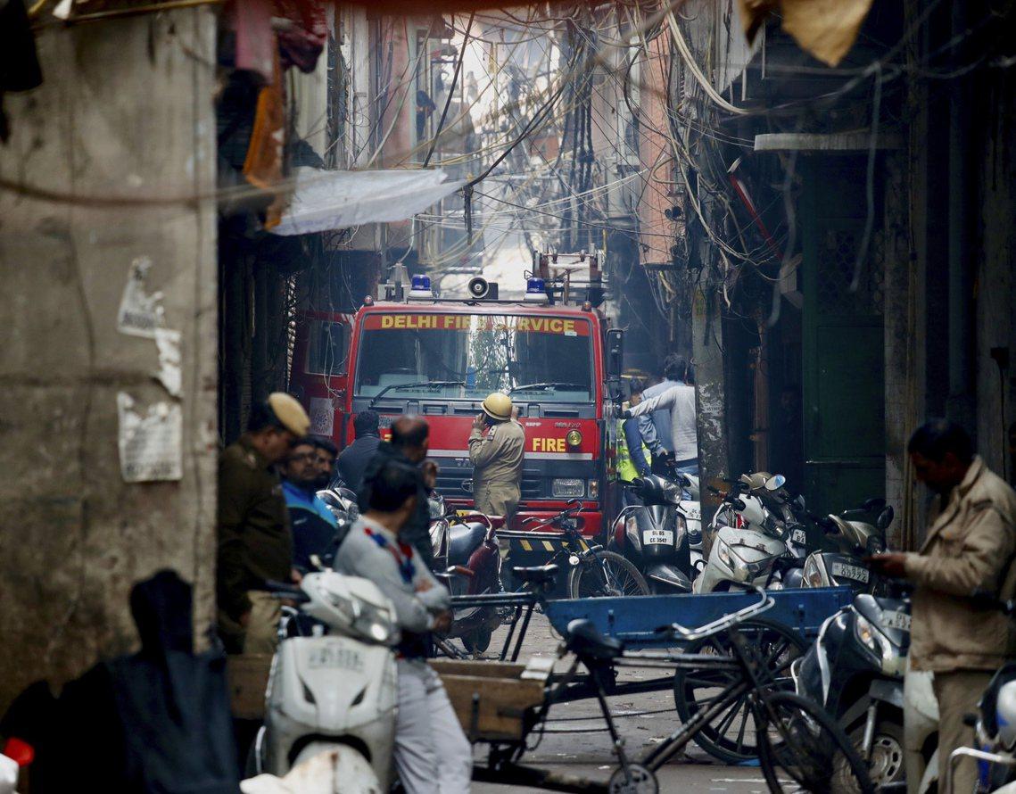 警消表示,在德里首都圈中,有許多類似的「老公寓工廠」。他們大多都是非法改裝、逃避...