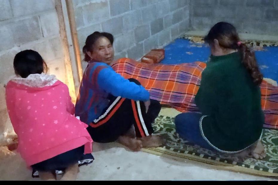 單親爸把綿被讓給女兒蓋,自己卻不幸被凍死。圖擷自siamrath