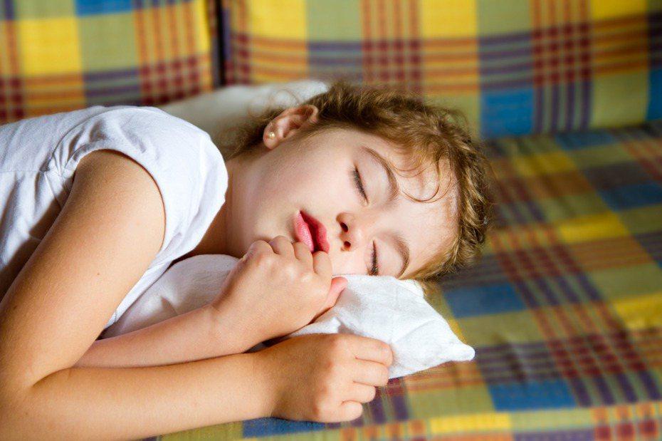 以為小孩看到鬼大哭,沒想到是因為思念自己的小被被。圖片來源/ingimage
