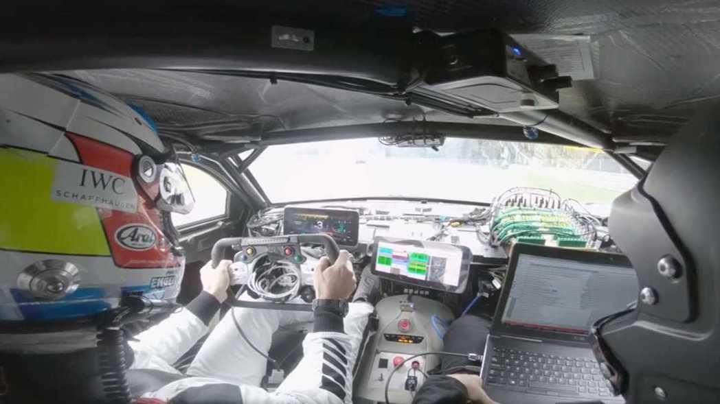 目前AMG技師們正絞盡腦汁將這顆F1賽車動力調至符合道路用車法規。 摘自Merc...