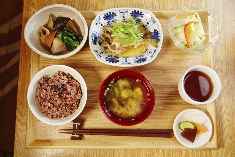 日本人三餐守時,很少饑飽失度,尤其少見暴飲暴食;飲食中注意保持一定溫度,不過冷也...