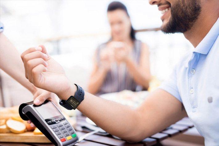 CPI 推出各種行動支付功能,圖為手腕晶片行動支付。 圖/摘自CPI Card ...