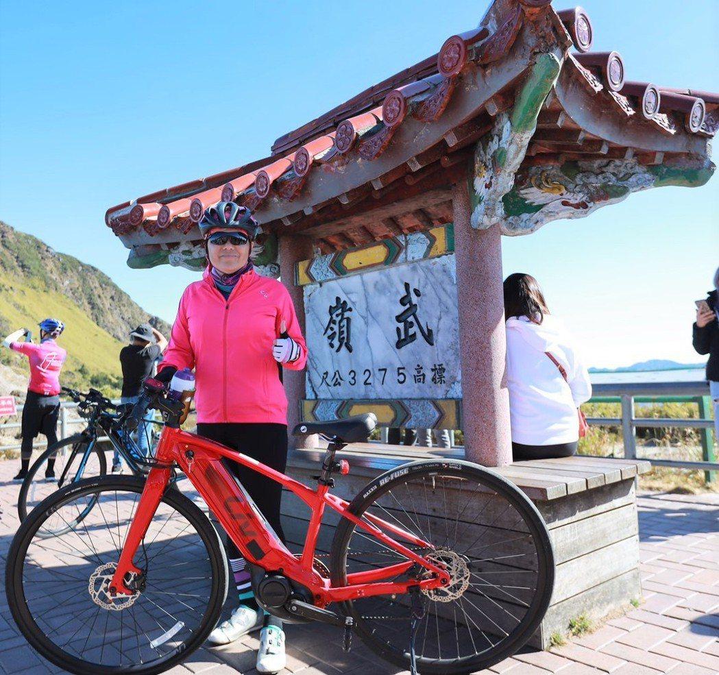 捷安特總經理鄭秋菊今年11月帶領20位車友完騎北進武嶺。 捷安特旅行社/提供