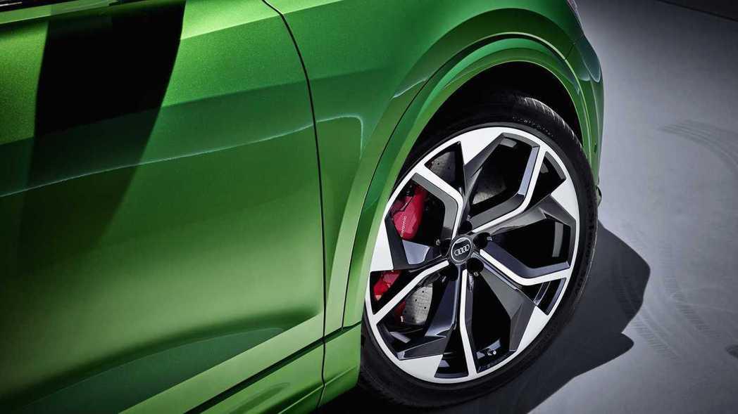 RS Q8標配22吋的大輪圈,還可選配至23吋。 摘自Audi