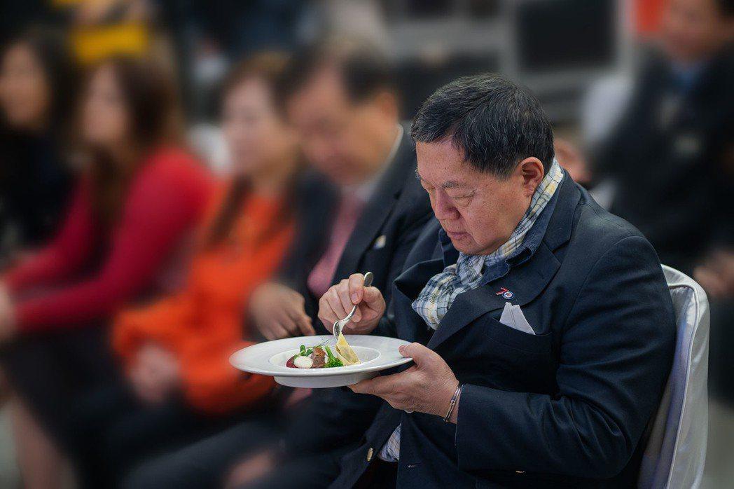 徐旭東品嚐「醜食變身」的示範料理,期望飲食文化與國際潮流接軌。 主辦單位...