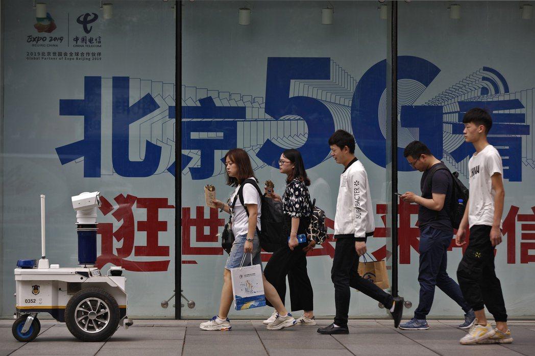 12月1日起,中國要求新用戶申辦手機需先「刷臉」,進行臉孔掃描記錄。 圖/美聯社