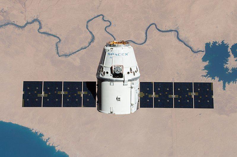 天龍號重達2,585公斤,搭載貨物重量超過952公斤,可在軌道實驗室進行38種不同的實驗(示意圖)。(photo by Wikipedia)