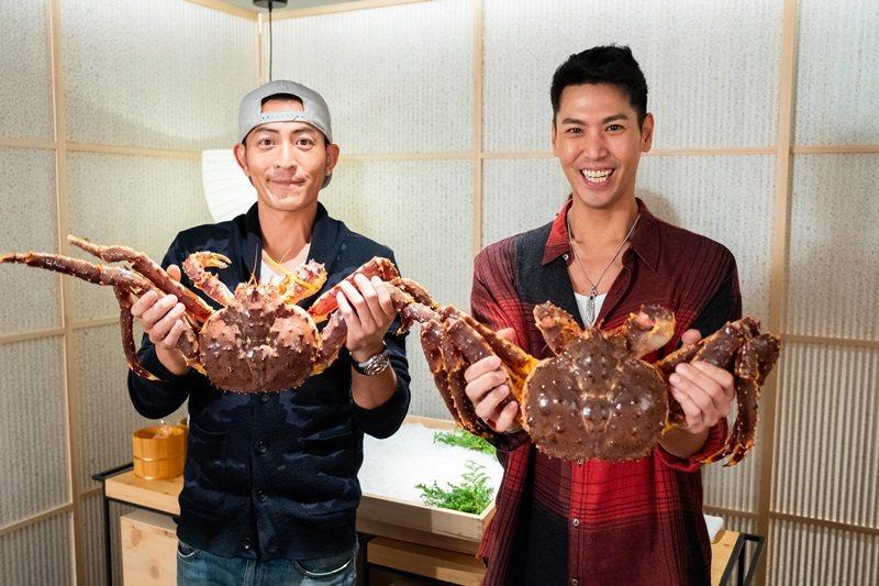 陳德烈(右)、趙駿亞(左)開心體驗活體鱈場蟹。