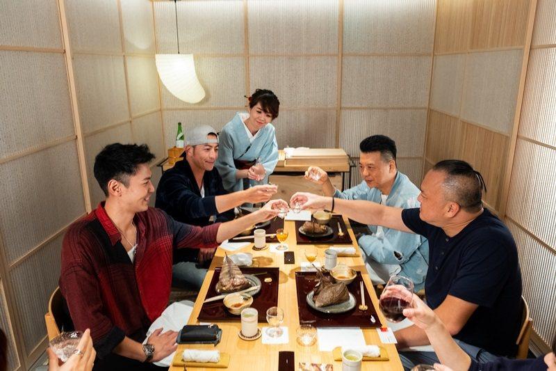 陳德烈(左1)、趙駿亞(左2)、明金成(右1)、馬競達(右2)舉杯敬友誼長存。