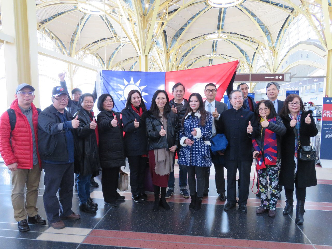 國民黨總統候選人韓國瑜妻子李佳芬(中)代夫訪美拜會僑胞,8日從華府搭機赴紐約,約...